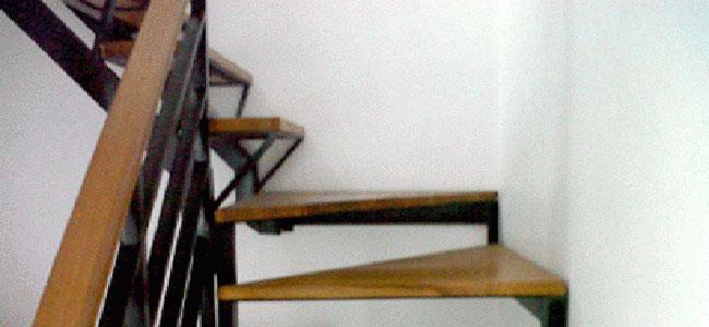 tangga-besi-kayu